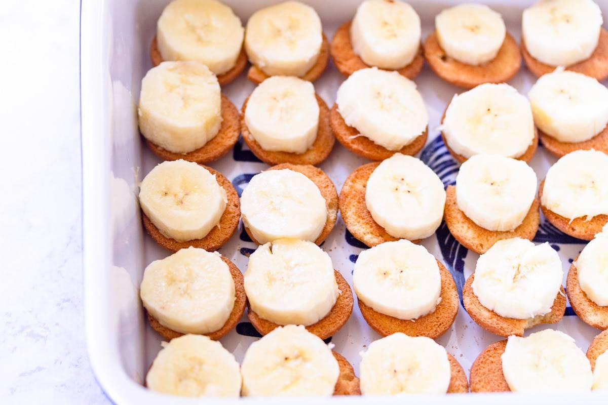 banana slices on vanilla cookies