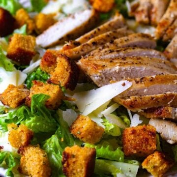 chicken and croutons on lettuce close up